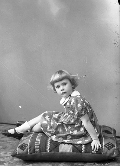 """Enligt fotografens journal nr 6 1930-1943: """"Asker, Anna Lena St. Askerön Här""""."""