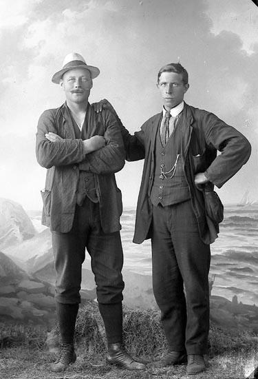 """Enligt fotografens journal nr 3 1916-1917: """"Josefsson, O. (motorbåten) Höviksnäs""""."""
