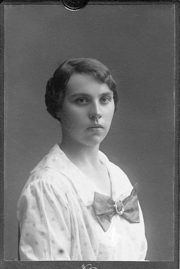"Enligt fotografens journal nr 4 1918-1922: ""Nilsson, Fru Aurora Brattön kopia""."