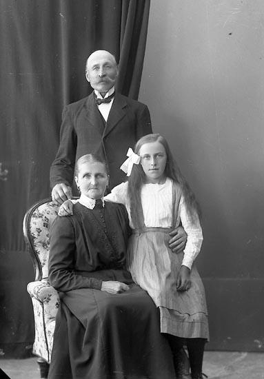 "Enligt fotografens journal nr 4 1918-1922: ""Benjaminsson, Bernh. Krok, Ödsmål""."