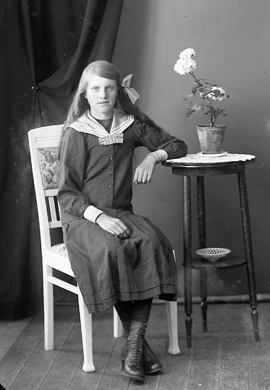 """Enligt fotografens journal nr 4 1918-1922: """"Johansson, Hilma Kil Hjälteby""""."""