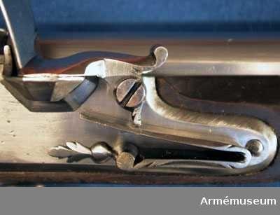 Grupp E II.  Modellkammarnummer 43. På kolven ett lacksigill. Korsskruven och nedre rembygeln saknas.