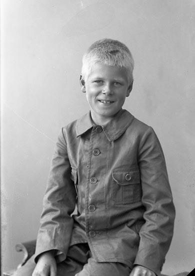 """Enligt fotografens journal nr 4 1918-1922: """"Ahrenberg, Teodor Pilgården Här""""."""