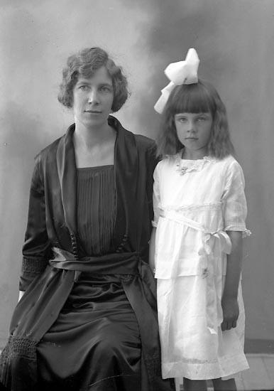 """Enligt fotografens journal nr 4 1918-1922: """"Johansson, Fru Hanna Här""""."""
