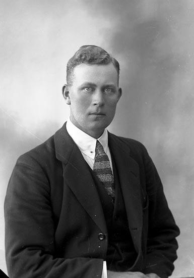 """Enligt fotografens journal nr 4 1918-1922: """"Hansson, Knut Gamleberg, Ödsmål""""."""