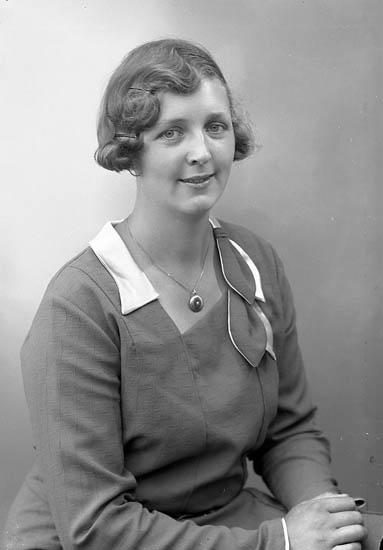 """Enligt fotografens journal nr 6 1930-1943: """"Larsson, Gunborg Rannekärr Jörlanda""""."""