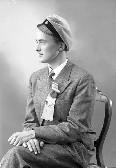"""Enligt fotografens journal nr 7 1944-1950: """"Olsson, Herr Lars Olof Här""""."""