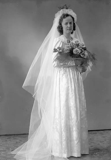 """Enligt fotografens journal nr 7 1944-1950: """"Happ, Olsson, Jarlsg. 12 Uddevalla bruden""""."""