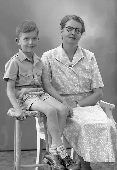 """Enligt fotografens journal nr 8 1951-1957: """"Helgesson, Fru Ruth, Öröd Svenshögen""""."""