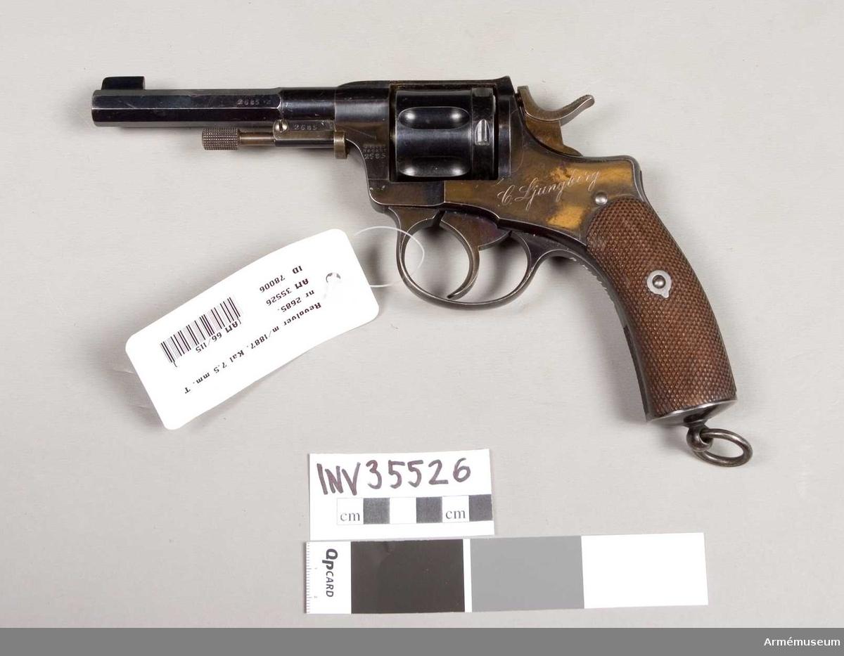 Grupp E III e. Revolver m/1887 med system Nagant.