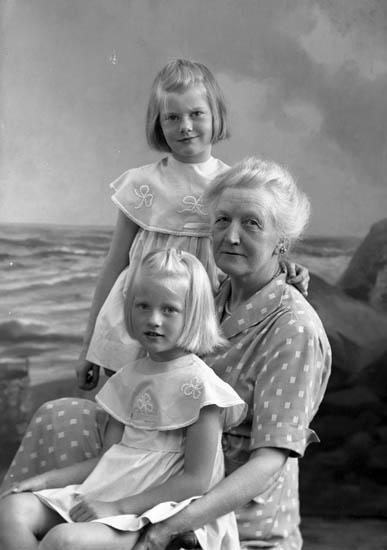 """Enligt fotografens journal nr 8 1951-1957: """"Orr, Fru m. barnbarn Spekeröd""""."""