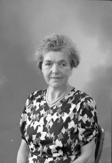 """Enligt fotografens journal nr 7 1944-1950: """"Hult, Fru Magda, Häggvall, Hjälteby""""."""