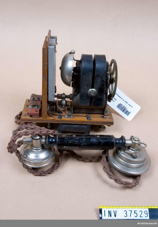 Samhörande nr 37529-31, telefon, hörtelefon, väska. Grupp H I.