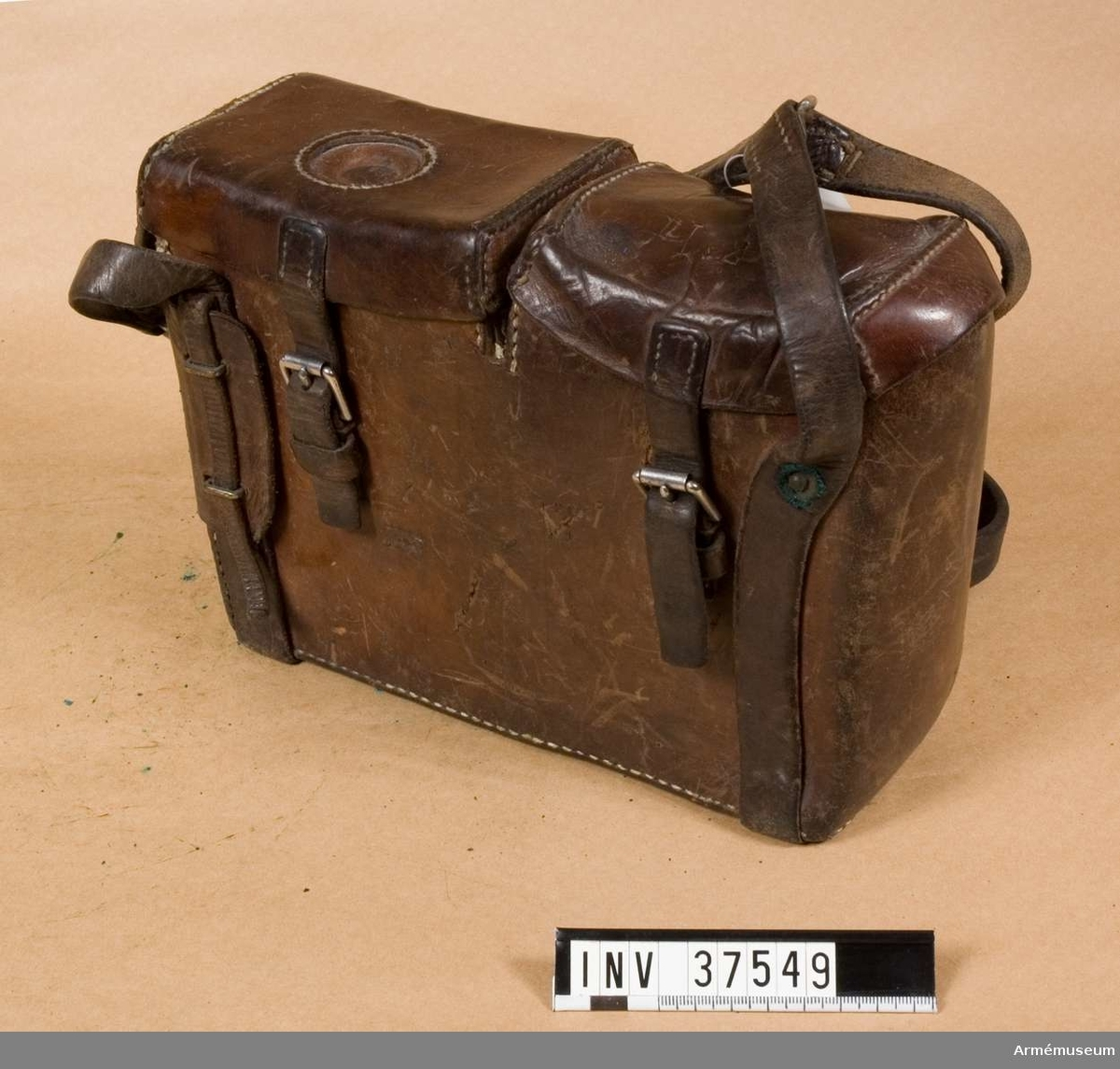 Samhörande nr 37547-9, telefon, hörtelefon, väska. Fodral av läder till telefonapparat m/1912. Grupp H I.