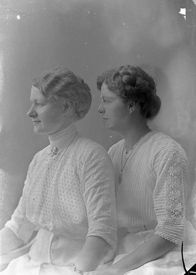 """Enligt fotografens journal Lyckorna 1909-1918: """"Hermansson, C. W. Gusseröd, Ljungskile""""."""
