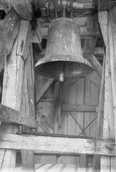 """Enligt fotografens journal nr 5 1923-1929: """"Kyrkklockorna i Norums kyrka (fr. 13-1400 talet)""""."""