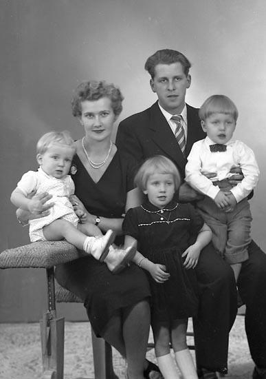 """Enligt fotografens journal nr 8 1951-1957: """"Berntsson, Herr Bertil Järnblästen Stenungsund""""."""