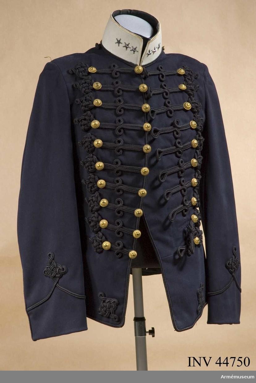 Grupp C I. Ur uniform för kapten vid Wendes artilleriregemente. Består av  attila, långbyxor, mössa, ridbyxor.