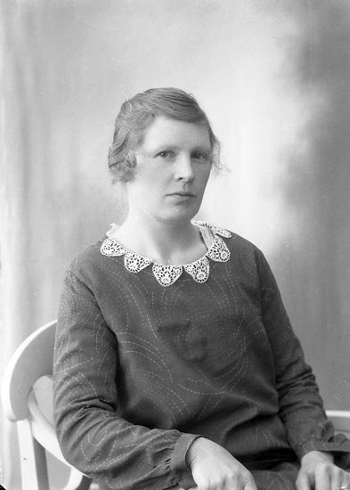 "Enligt fotografens journal nr 5 1923-1929: ""Mattsson, Fru Karin, Dal, Ucklum""."