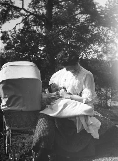 Mabel Lithander med ett av familjens fyra barn