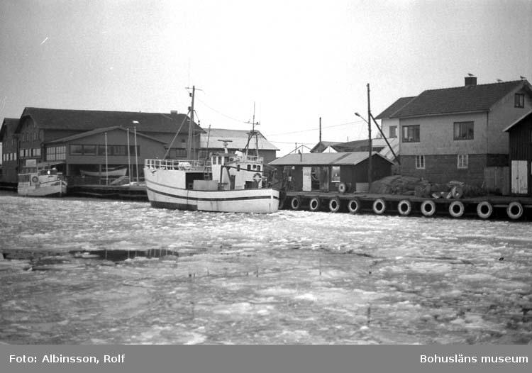 """Enligt fotografens noteringar: """"Räktrålaren Starlet ligger vid Syversens Wireverkstad på Holmen.""""  Fototid: 1996 den 12 januari."""