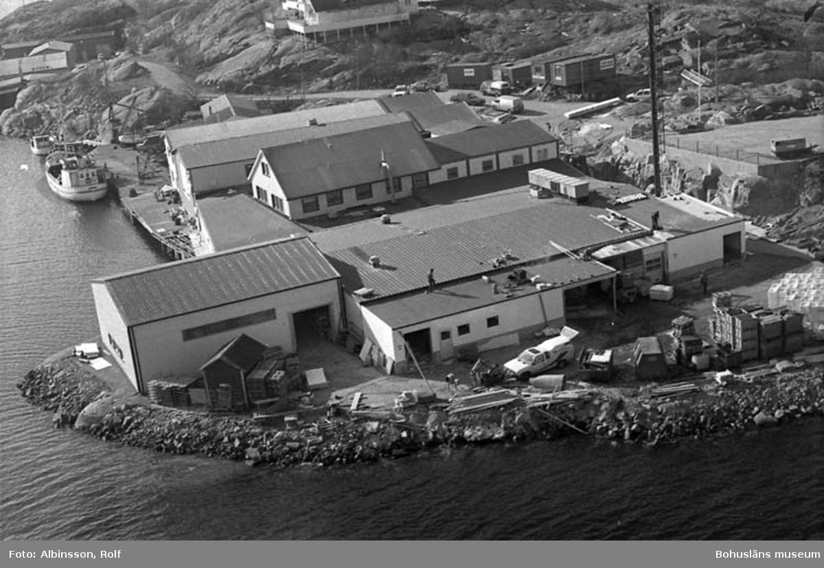 """Enligt fotografens noteringar: """"Jag går upp på Smögenbron och får ett flygfoto på Hållöfisk mitt i tillbyggnaden.""""  Fototid: 1996-03-14.  1996-03-15"""