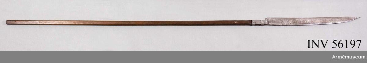 """Grupp D I. Från 1500-talet. Märkt med """"O.N."""" - schweiziskt tyghusmärke. Ursprunglig längd 266 cm."""