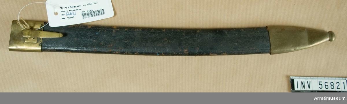 """Grupp D II. Förändringsmodell 1860 för infanteriet, men år 1881 tilldelad oberidna vid artilleriet. Baljan är av svart läder med munbleck och doppsko av mässing. Munblecket har på utsidan en koppelhake, på insidan text:  """"J.R.64.3.C.249"""" och ett krönt """"V"""". Samma stämpel finns på  doppskons innersida."""