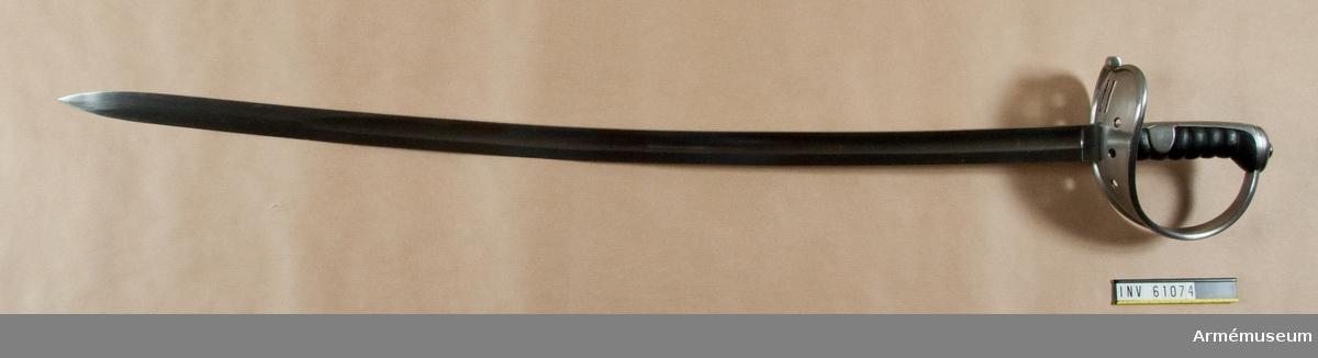 Grupp D II. Sabel m/1850 för tunga kavalleriet, Österrike-Ungern. Till museet genom byte med Berlins Zeughaus. Klingans bredd upptill är 32,7 mm. Pilhöjden är 19 mm.              Klingan stämplad: 1852, örn, oläslig, Jurman. Parerplåtens kant stämplad O(?) Jurman. 2012-10-16 EW