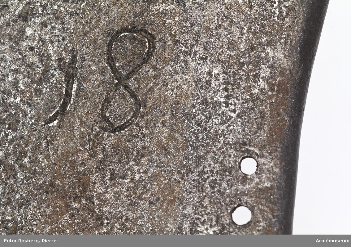 Grupp D IV. Bröstharnesk, 1683 ca. På framsidan mästarestämpel E S .: ej synligt kulmärke. På  insidan till vänster kronstämpel, till höger 18.