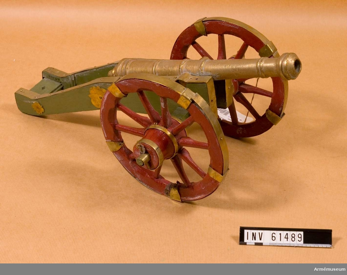 Grupp F I.  Stycket har en lavett med röda mässingsbeslagna hjul, i övrigt grönmålad.