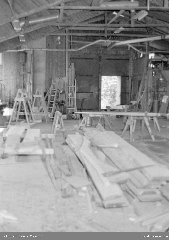 """Motivbeskrivning: """"Allmags varv, Allmag, interiör från båtbyggarverkstaden."""" Datum: 19800710 Riktning: V"""
