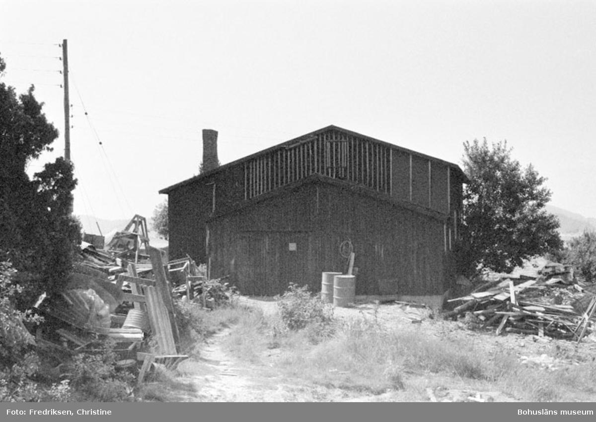 """Motivbeskrivning: """"Såtas Båtvarv, Söbben. På bilden syns båtbyggarverkstad uppförd av Anders och David Karlsson. Den äldsta delen (till vänster i bild) är från 1930-talet, den senaste tillbyggnaden skedde på 1960- talet."""" Datum: 19800715 Riktning: Nö"""