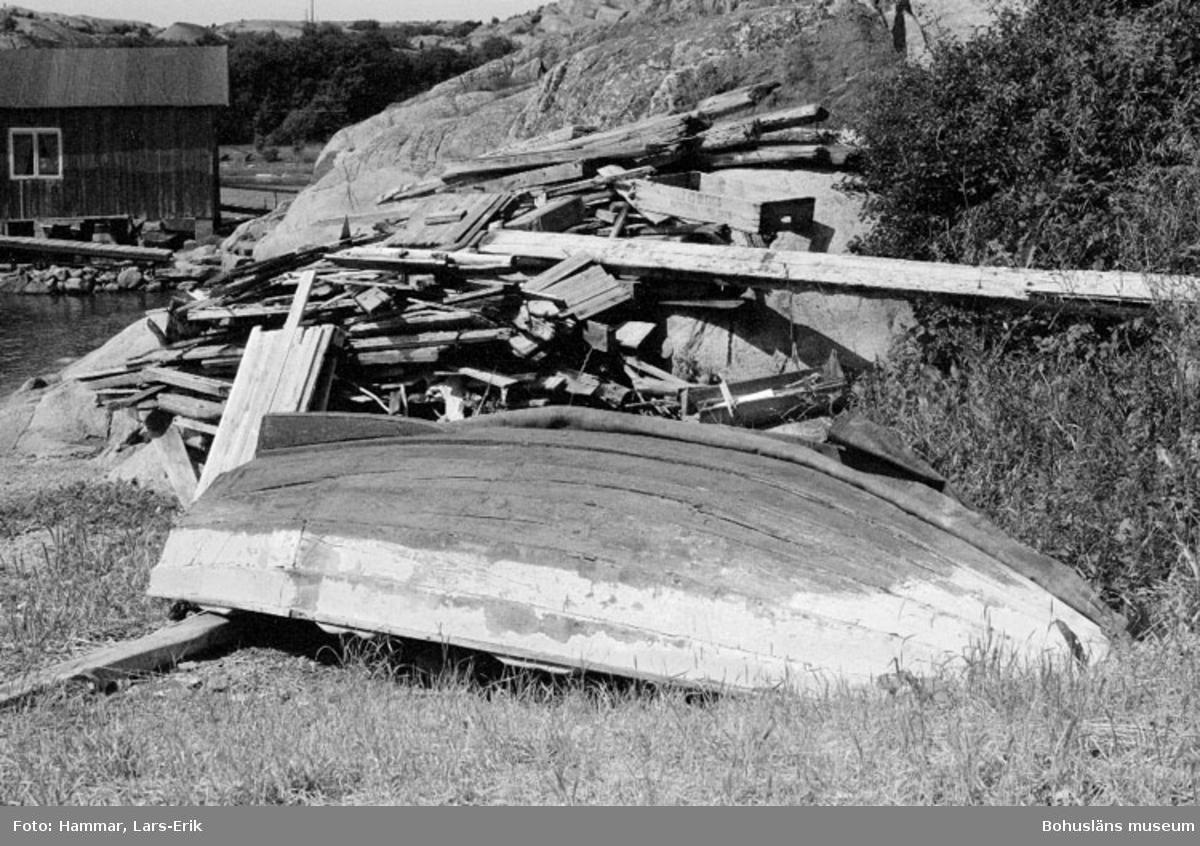 """Motivbeskrivning: """"Skredsvik, Bottnafjord. Eka byggd av båtbyggare Karl Johanssons farfar (Karl Johansson ägde varvet i Skredsvik 1942-1975, Bb 8: 14-20)."""" Datum: 19800717 Riktning: Nv"""