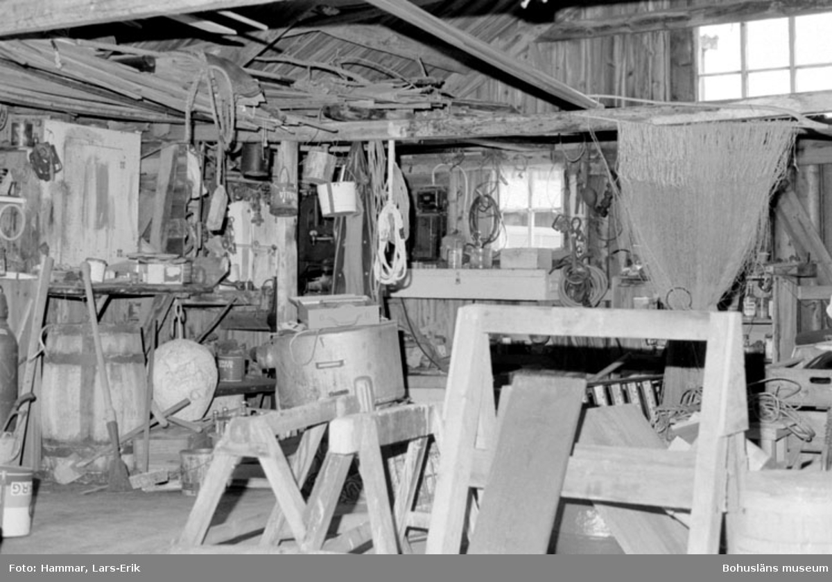 """Motivbeskrivning: """"F.d varv i Skredsvik, Bottnafjorden. Interiör från båtbyggarverkstaden."""" Datum: 19800717"""