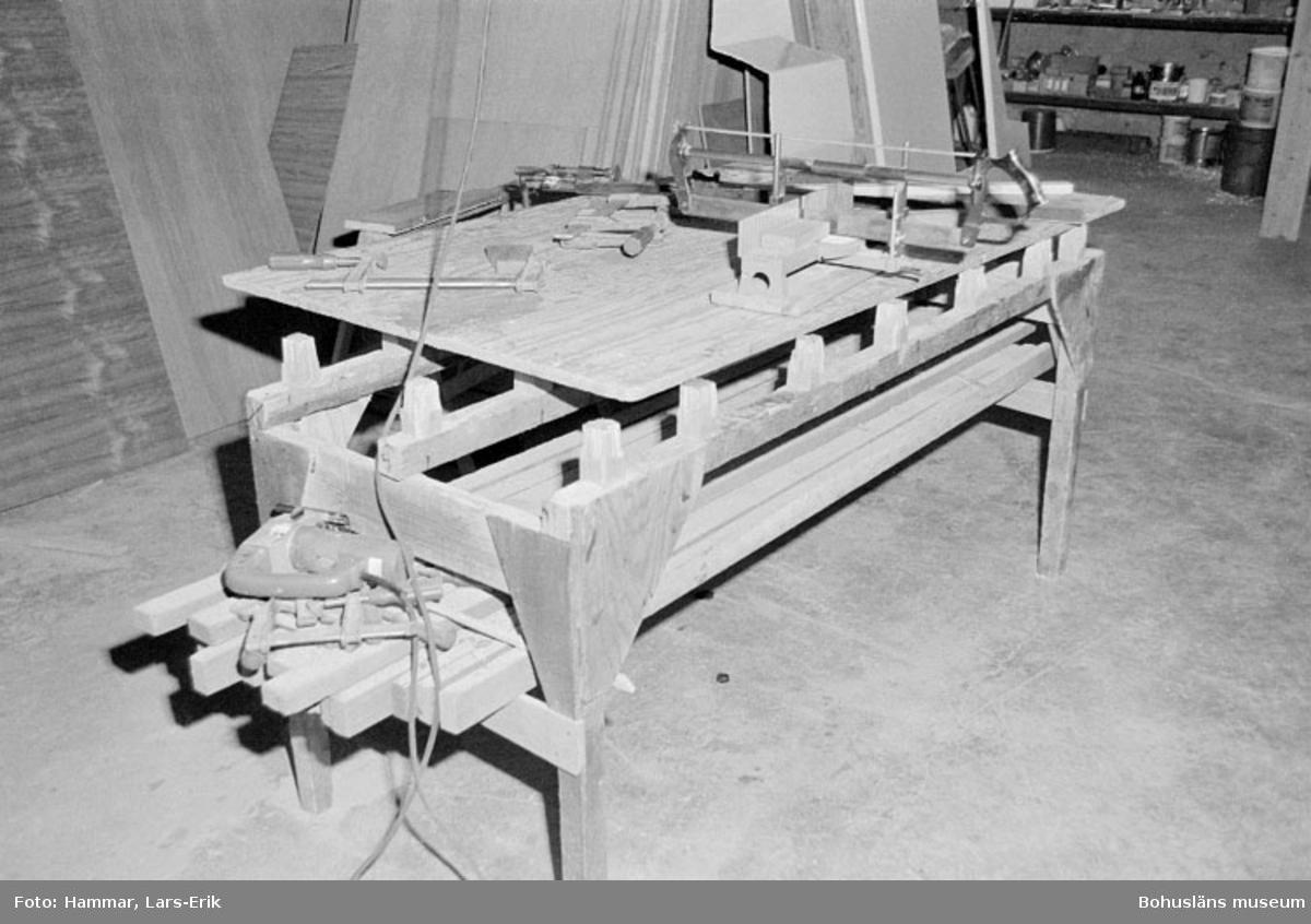 """Motivbeskrivning: """"Widholms industri AB, arbetsbänk."""" Datum: 19800911"""