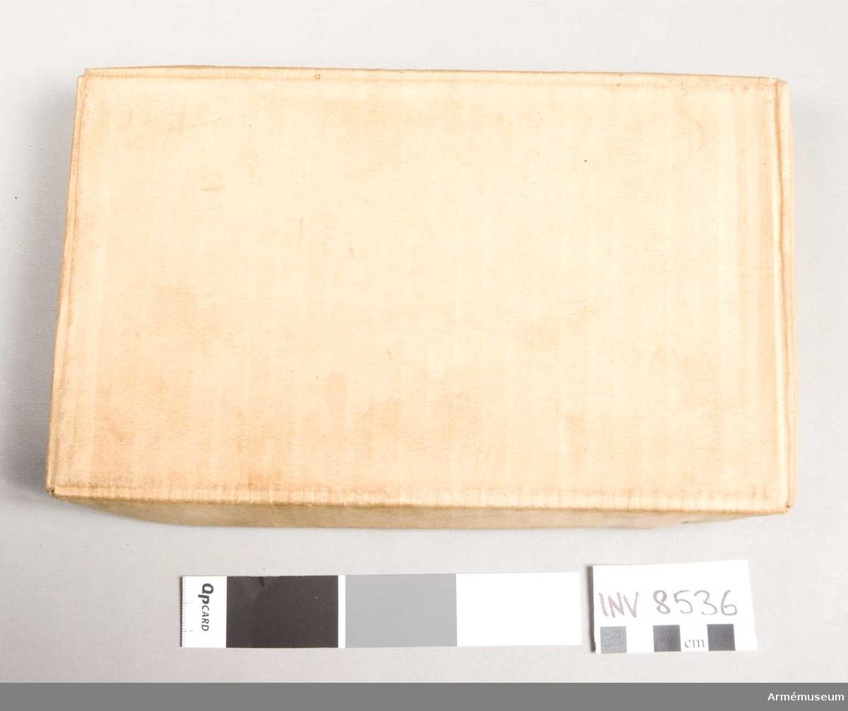 Lådan innehåller 1 magasin, magasinsfyllare och skruvmejsel