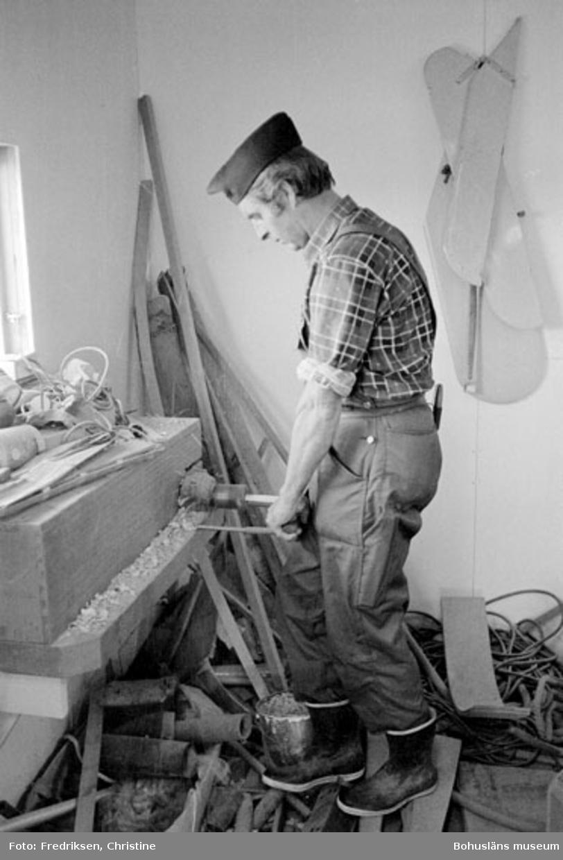 """Motivbeskrivning: """"Båtbyggare Henry Josefsson, på bilden syns Henry Josefsson vid pinnsvarven."""" Datum: 19800919"""