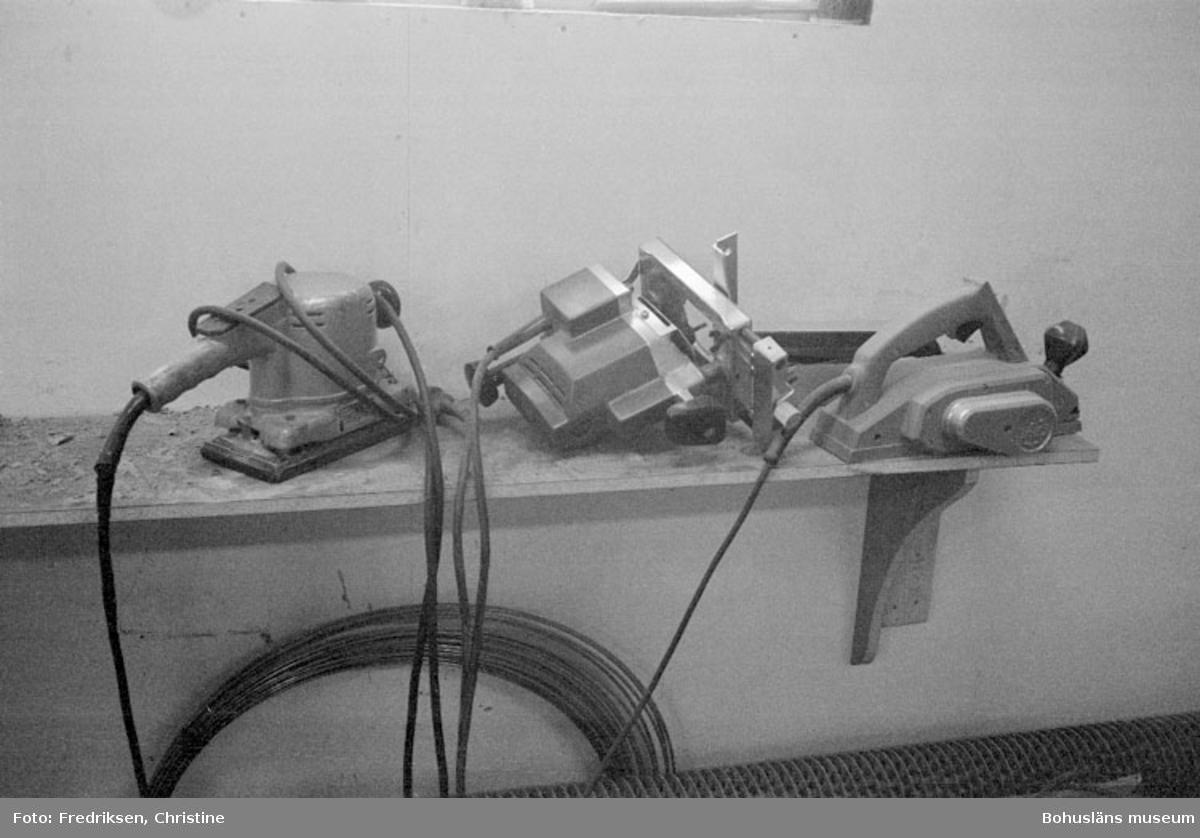 """Motivbeskrivning: """"Klöveröns varv, från vänster syns elektrisk handhyvel, elektrisk handfräs och elektrisk putsmaskin."""" Datum:19800919"""