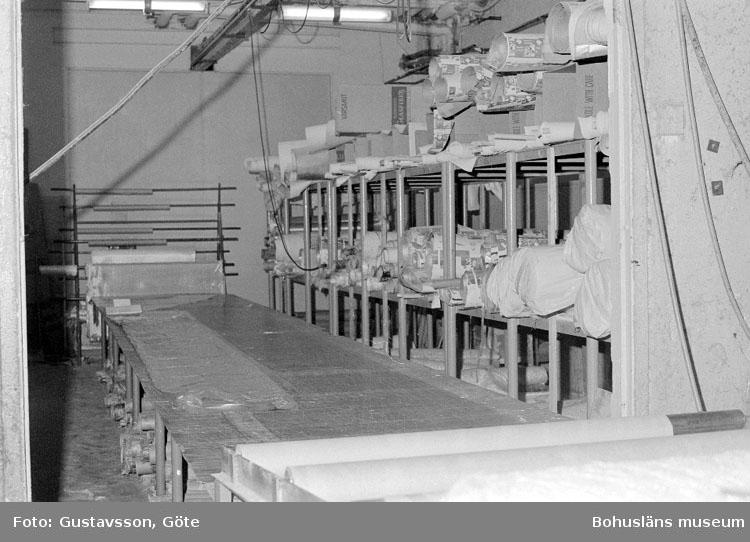 """Motivbeskrivning: """"Gullmarsvarvet AB, bild från tillskärningsrummet (tillskärning av glasfibermattor). På bilden syns skärbordet."""" Datum: 19801031"""