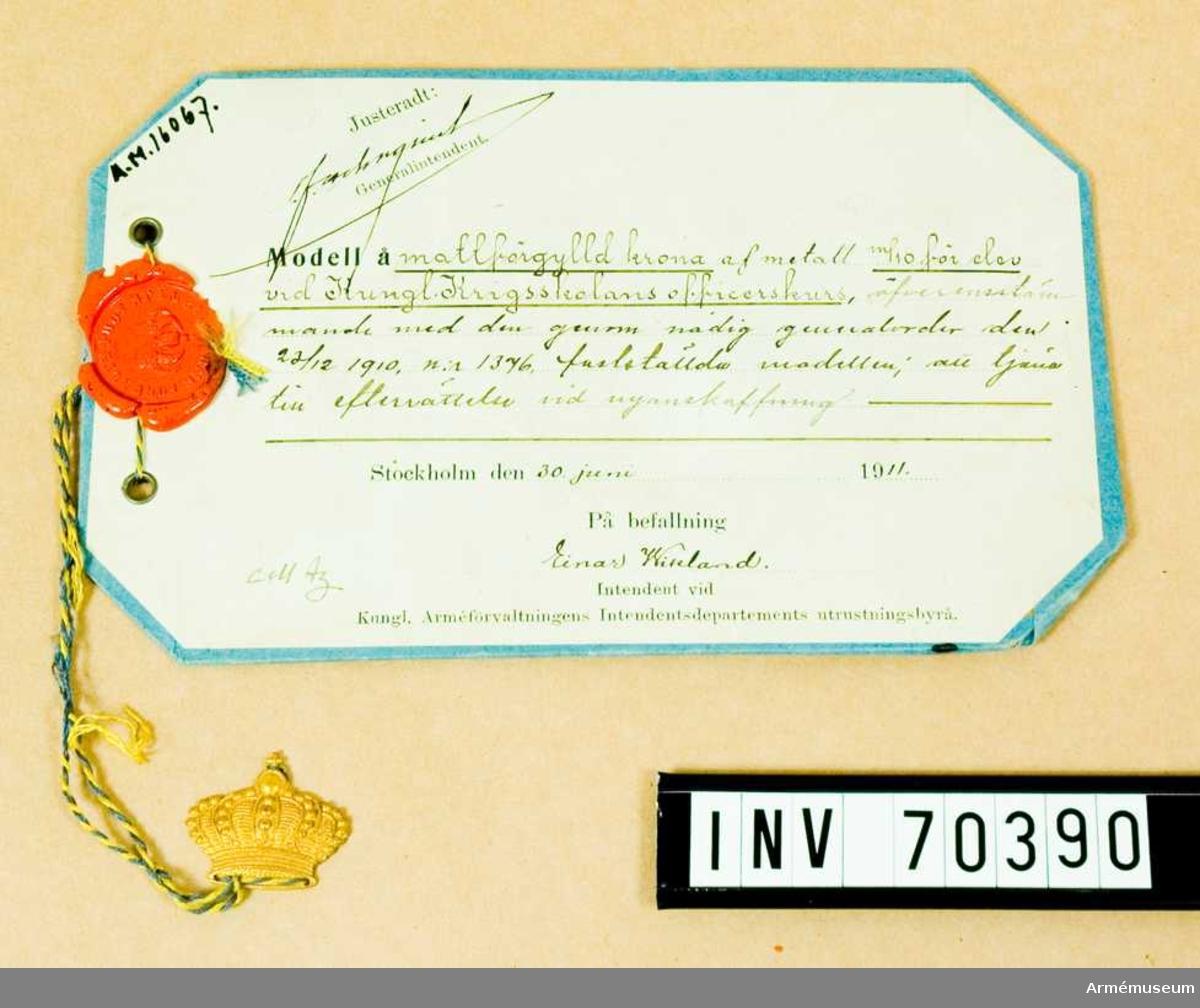 Grupp C:I.  Mattförgylld krona av metall m/1910 för elev vid Kungliga Krigsskolans officerskurs