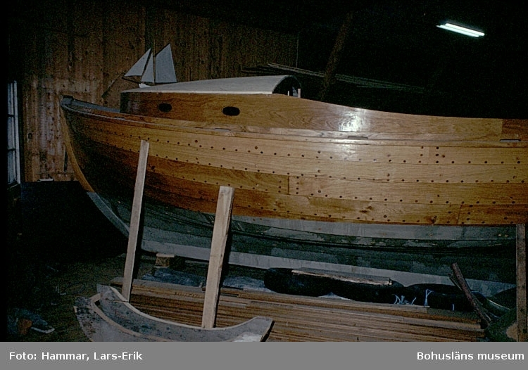 """Motivbeskrivning: """"Kungsvikens jakt och Motorservice, (Gösta Johansson), Kungsviken, Orust. Interiör från båtbyggarverkstaden. """"Bohusjulle.""""  Datum: 1978"""
