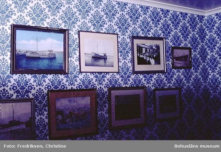 """Motivbeskrivning: """"Tavlor med fotografier av båtar byggda vid Rönnängs Varv på Tjörn."""" Datum: 1980-10-08."""