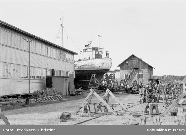 """Motivbeskrivning: """"19800523. Myrens Mekaniska Verkstad, Strömstad. Till vänster snickarverkstaden, till höger nden mekaniska verkstaden. V."""""""