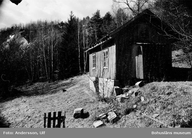 """Bohusläns samhälls- och näringsliv. 2. STENINDUSTRIN. Film: 17  Text som medföljde bilden: """"Gård belägen nedanför """"Hillern"""". April 1977."""""""