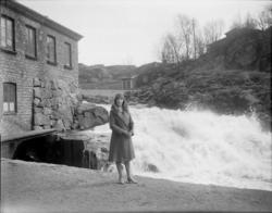 """Enligt senare noteringar: """"Vid vattenkraften, Rut Höglund Sc"""