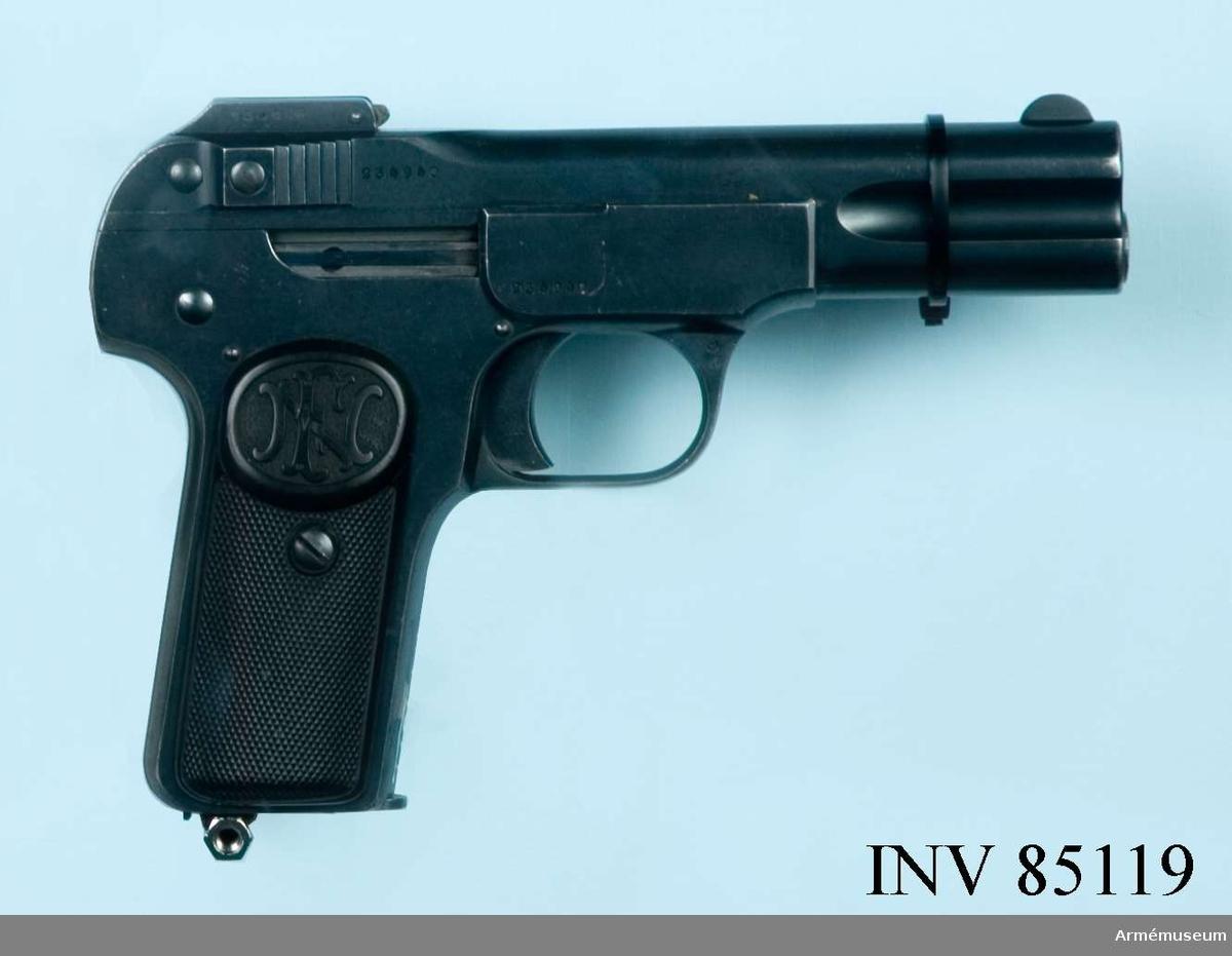 1 magasin märkt AM 4577 sitter i pistolen.