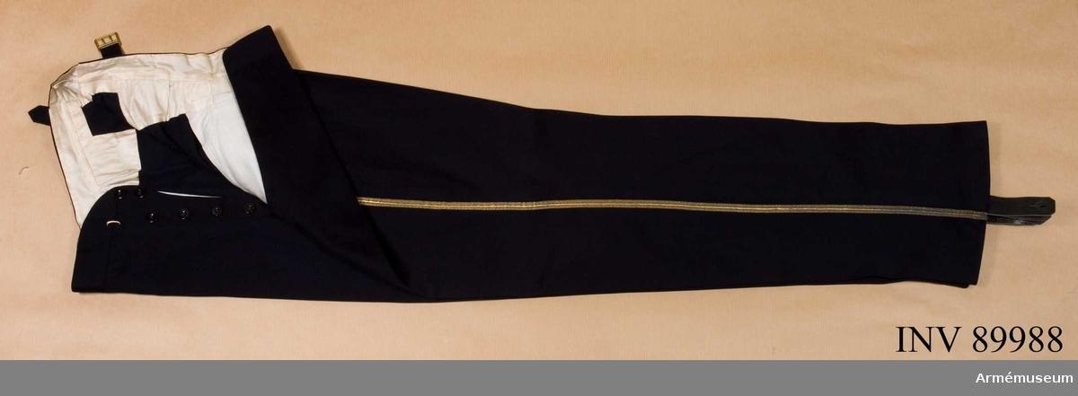 Grupp C I. Ur uniform m/1895 för general vid Kronprinsens husarregemente. Livplagg m/1895.