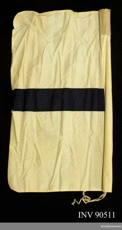 Vit flagga med blå rand till flaggställ mindre m/1909. Grupp H III. För semaforering.