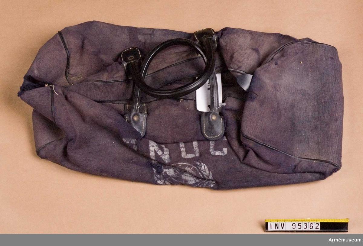 Väska av blått tyg med svarta bärhandtag. Tryck på sidan i vitt föreställande FNs logotyp samt förkortningen ONUC (Opération des Nations Unies au Congo).